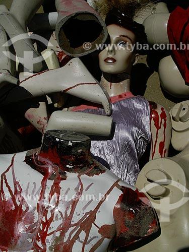 Manifestação contra a violência realizada na Praia de Copacabana, organizada pela ONG Rio de Paz. Uma pilha de manequins ensanguentados representam as milhares de pessoas que estão desaparecidas no Rio de Janeiro e que provavelmente foram assassinadas   - Rio de Janeiro - Rio de Janeiro - Brasil
