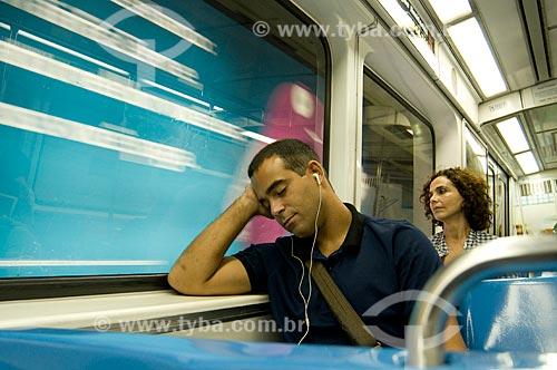 Assunto: Passageiro dormindo e ouvindo som durante viagem no metrô - Metrô Rio  / Local:  Rio de Janeiro - RJ  / Data: Agosto de 2009