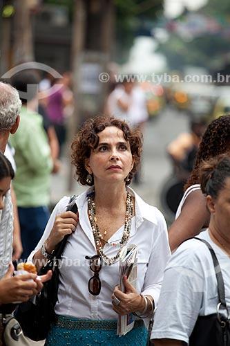 Assunto: Mulher em meio a multidão nas ruas movimentadas do centro comercial e empresarial da cidade  / Local:  Rio de Janeiro - RJ - Brasil  / Data: 19/02/2010