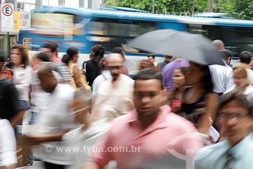 Assunto: Multidão andando nas ruas movimentadas do centro comercial e empresarial da cidade  / Local:  Rio de Janeiro - RJ - Brasil  / Data: 19/02/2010