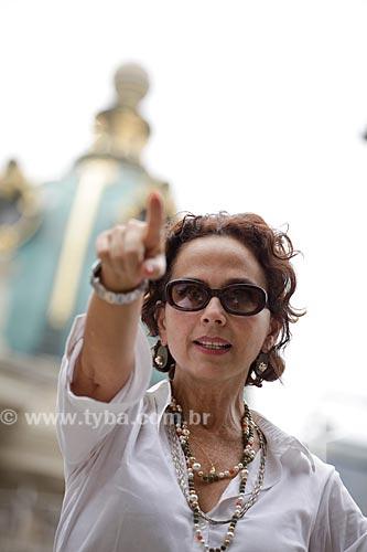 Assunto: Mulher fazendo discursso em frente ao Teatro Municipal no centro da cidade  / Local:  Rio de Janeiro - RJ - Brasil  / Data: 19/02/2010