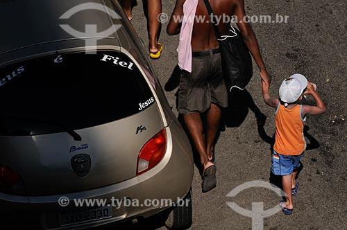 Assunto: Pai e filho caminhando pelas ruas de Copacabana / Local:  Rio de Janeiro - RJ - Brasil  / Data: 01/02/2009