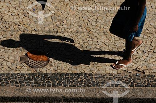 Assunto: Sombra de rapaz na calçada de pedra portuguesa na zona sul  / Local:  Rio de Janeiro - RJ - Brasil  / Data: 01/02/2009