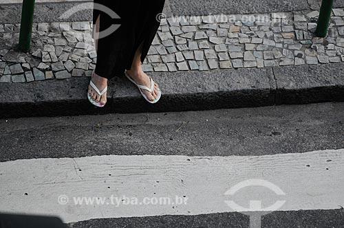 Assunto: Mulher parada perto da faixa de pedestres  / Local:  Rio de Janeiro - RJ - Brasil  / Data: 01/02/2009