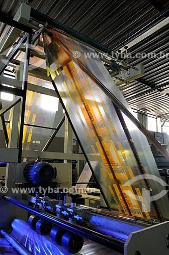 Assunto: Máquina produzindo sacolas plásticas - Pincelli Indústria e Comércio de Embalagens  / Local:  Duque de Caxias - RJ - Brasil  / Data: 24/07/2008