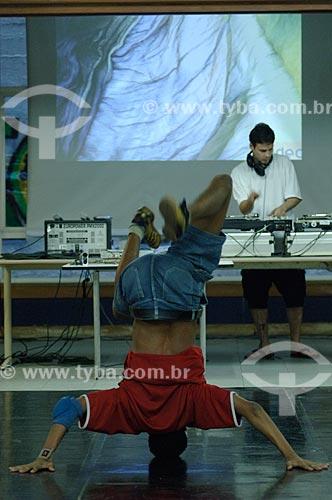 Assunto: Pessoa dançando breakdance - uma das expressões do Hip Hop - no SESC Niterói  / Local:  Niterói - RJ - Brasil  / Data: Setembro de 2007
