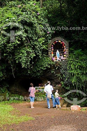 Assunto: Família rezando na Gruta Sede Figueira / Local: Chapecó - Santa Catarina - Brasil / Data: 02/2010