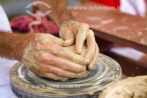 Assunto: Mãos de oleiro trabalhando na roda / Local: Florianópolis - Santa Catarina - Brasil / Data: 03/2010