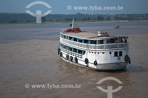 Assunto: Barco regional da Amazônia passando pelo encontro das aguas dos rios Negro e Solimões formando o rio Amazonas / Local: Manaus - Amazonas (AM) - Brasil / Data: 01/11/2009