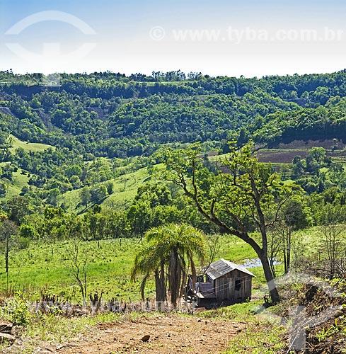 Assunto: Paisagem com casa de madeira simples. Ao fundo observa-se minas de ametistas  / Local: Ametista do Sul - RS - Brasil  / Data: Setembro 2009