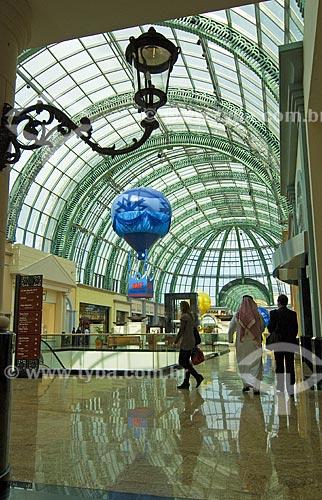 Assunto: Pessoa com trages árabes típicos em shopping de luxo chamado Mall of Emirates em Dubai  / Local: Dubai - Emirados Árabes  / Data: Janeiro 2009