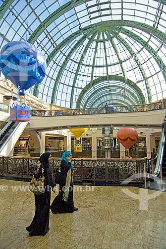 Assunto: Mulheres com trages árabes típicos em shopping de grande luxo chamado Mall of Emirates em Dubai  / Local: Dubai - Emirados Árabes  / Data: Janeiro 2009