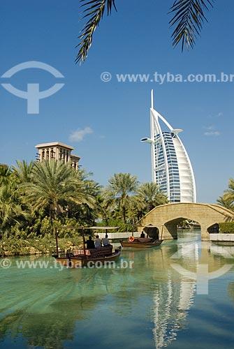 Assunto: Hotel Burj Al Arab de mais de 300m de altura, construido em forma de vela enfunada e que é um dos ícones da arquitetura moderna de Dubai  / Local:  Madinah Jumeirah - Dubai - Emirados Árabes  / Data: Janeiro 2009