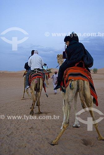 Assunto: Passeio no lombo de dromedário no deserto  / Local: Dubai - Emirados Árabes  / Data: Janeiro 2009