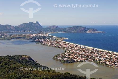 Assunto: Vista para a Região Oceância com a Lagoa e praia de Piratininga. Ao fundo a Serra da Tiririca  / Local:  Niterói - RJ - Brasil  / Data: Agosto de 2009