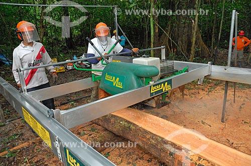 Madeira sendo cortada com serraria portátil, utilizada para evitar arrastar as toras com tratores um longo caminho pela floresta, e assim destruir mais do que o necessário, no sistema de gerenciamento comunitário da Reserva Mamirauá   - Tefé - Amazonas - Brasil