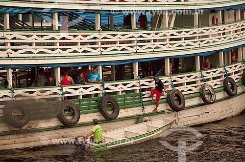 Assunto: Barco de linha amazônico com gente desembarcando numa voadeira (pequena embarcação) no porto  / Local:  Manaus - Amazonas (AM) - Brasil  / Data: 09/01/2006
