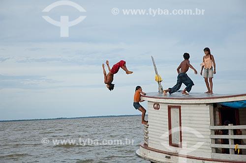 Assunto: Crianças ribeirinhas brincando num barco em Freguesia do Andirá  / Local: Barreirinha -  Amazonas (AM) - Brasil  / Data: 13/01/2006