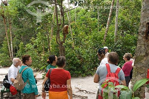 Assunto: Uacari-vermelho (Cacajao rubicundus) fêmea, e turistas, no complexo turístico Amazon Ecopark Jungle Lodge  / Local:  Manaus - Amazonas (AM) - Brasil  / Data: 01/2006