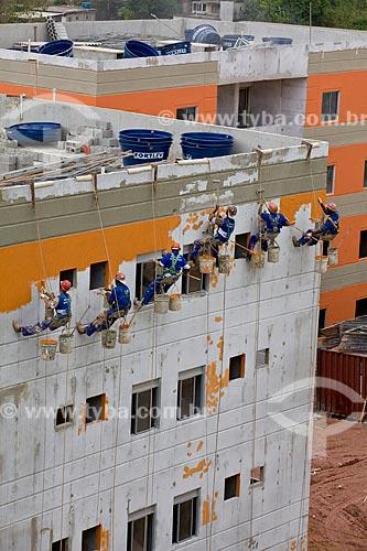 Assunto: Trabalhadores responsáveis pela pintura de um dos prédios do Conjunto Habitacional Poesi do Programa de Aceleração do Crescimento - PAC - Complexo do Alemão  / Local:  Rio de Janeiro - RJ - Brasil  / Data: 20/05/2010