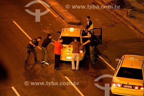 Assunto: Jovens são parados por policiais durante blitz noturna em rua da zona sul  / Local:  Rio de Janeiro - RJ - Brasil  / Data: 16/05/2010
