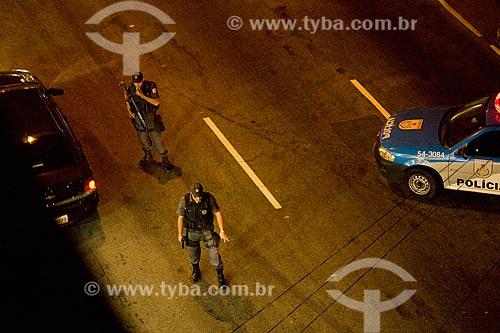 Assunto: Policiais realizando blitz noturna em rua da zona sul  / Local:  Rio de Janeiro - RJ - Brasil  / Data: 16/05/2010