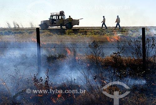 No combate a incêndios faixas de vegetação são queimadas profiláticamente em locais estratégicos para se evitar que o fogo de espalhe de maneira descontrolada   - Mineiros - Goiás - Brasil