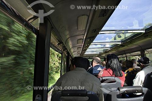 Assunto: Ônibus panorâmico transportando turistas no Parque Nacional do Iguaçu - o parque foi declarado Patrimônio Natural da Humanidade pela UNESCO   / Local: Foz do Iguaçu - PR - Brazil  / Data: 06/06/2009
