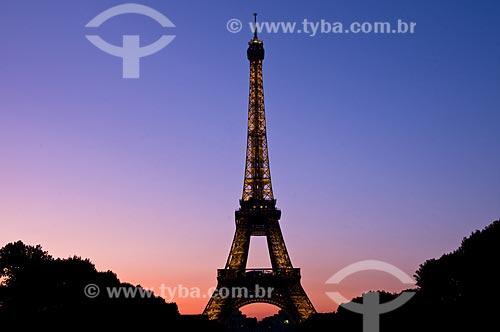 Assunto: Torre Eiffel iluminada e Campo de Marte ao entardecer / Local: Paris - França / Data: 09/2009
