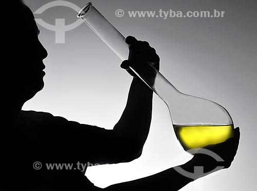 Assunto: Homem segurando vidraria científica / Local: Estúdio / Data: 04/2010