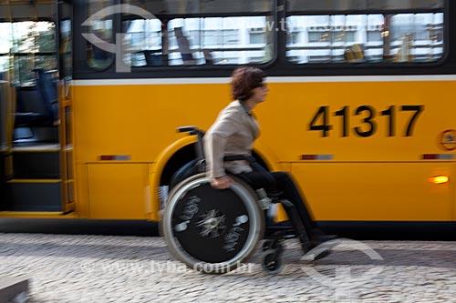 Assunto: Ônibus adaptado para portadores de necessidades especiais, com elevador e espaço exclusivo no interor do veículo para cadeira de rodas / Local:  Rio de Janeiro - RJ - Brasil  / Data: 04/06/2010