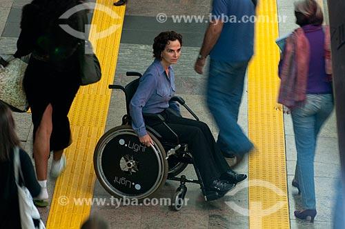 Assunto: Cadeirante espera enquanto outros passageiros desembarcam do trem na plataforma da Estação Arcoverde do metro  / Local:  Rio de Janeiro - RJ - Brasil  / Data: 08//06/2010
