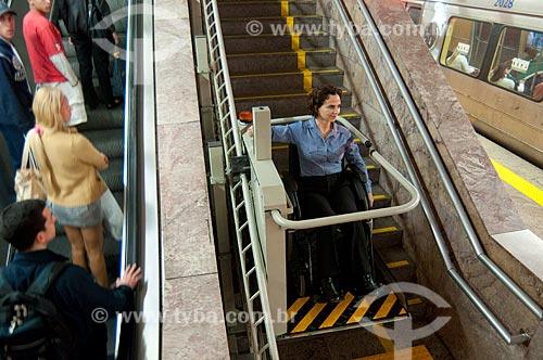 Assunto: Elevador na escadaria do metro, melhorando a acessibilidade dos portadores de necessidades especias no transporte público  / Local:  Rio de Janeiro - RJ - Brasil  / Data: 08/06/2010