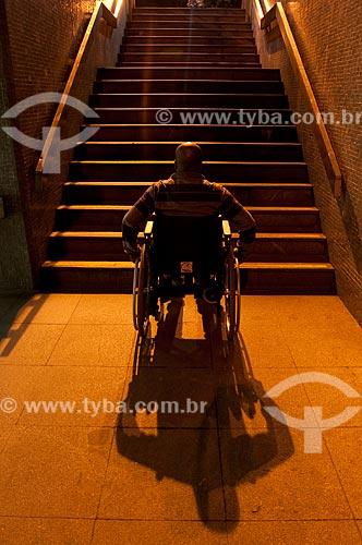 Assunto: Escadaria sem elevador impedindo a mobilidade de cadeirantes  / Local:  Rio de Janeiro - RJ - Brasil  / Data: 08/06/2010