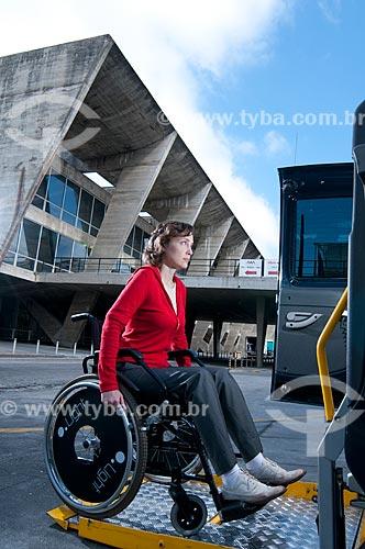 Assunto: Mulher cadeirante entrando em taxi adaptado para deficientes físicos, equipado com elevador para transportar cadeira de rodas, em frente ao Museu de Arte Moderna - MAM  / Local:  Rio de Janeiro - RJ - Brasil  / Data: 12/06/2010