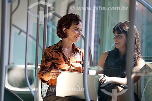 Assunto: Mulheres usando laptop durante viagem de trem da SuperVia  / Local:  Rio de Janeiro - RJ - Brasil  / Data: 18/06/2010