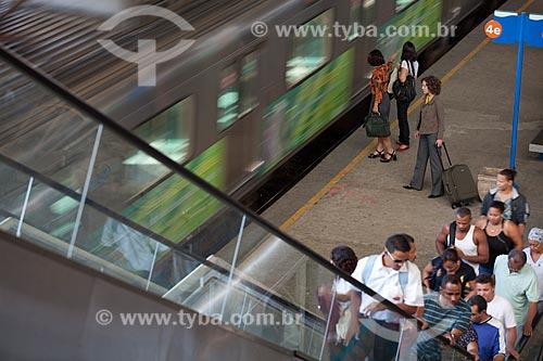 Assunto: Mulheres esperando a chegada do trem da SuperVia enquanto outros passageiros desembarcam  / Local:  Rio de Janeiro - RJ - Brasil  / Data: 18/06/2010
