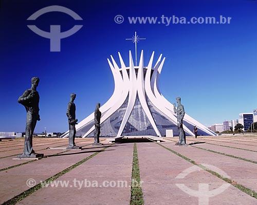 Esculturas em bronze dos Quatro Evangelistas feitas por Alfredo Ceschiatti, em frente à Catedral Metropolitana de Nossa Senhora Aparecida (Catedral de Brasília) - Projeto de Oscar Niemeyer   - Brasília - Distrito Federal - Brasil