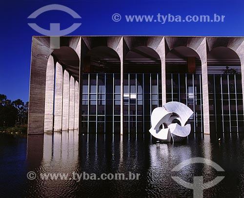 Assunto: Palácio do Itamaraty, também conhecido como Palácio dos Arcos em Brasília com a escultura Meteoro de Bruno Giorgi - Projeto de Oscar Niemeyer  / Local:  Brasília - Distrito Federal - DF - Brasil  / Data: 2009