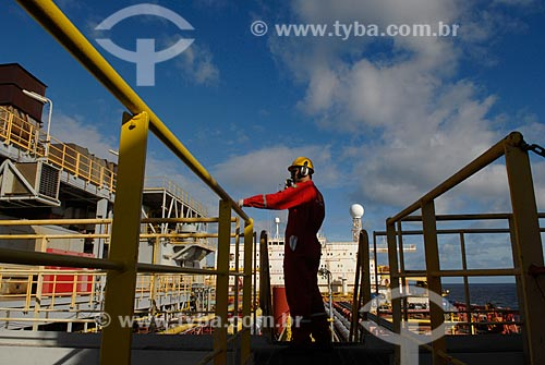 Assunto: Trabalhador embarcado no navio-plataforma de petróleo FPSO Fluminense da Esso  / Local:  Bacia de Campos - RJ - Brasil  / Data: 06/2010
