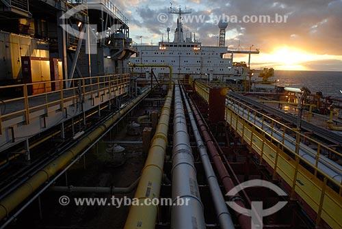 Assunto: Navio-Plataforma de petróleo FPSO Fluminense da Shell ao entardecer  / Local:  Bacia de Campos - RJ - Brasil  / Data: 06/2010