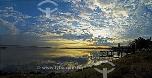 Assunto: Alvorecer na margem da represa de Furnas em Boa Esperança  / Local:  Boa Esperança - Minas Gerais - MG  / Data: 07/2010