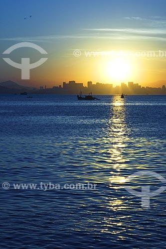 Assunto: Vista para o sol poente sobre a enseada de Saco de São Francisco  / Local:  Niterói - Rio de Janeiro - RJ - Brasil  / Data: 04/2010