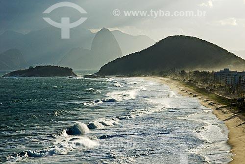 Assunto: Ressaca na praia de Piratininga durante o fim da tarde com o Pão de Açúcar ao fundo  / Local:  Praia de Piratininga - Niterói - Rio de Janeiro - RJ  / Data: 06/2010