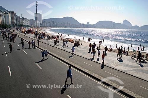 Assunto: Pessoas andando no calçadão da Praia de Copacabana com Pão de Açucar ao fundo  / Local: Rio de Janeiro - RJ - Brasil  / Data: 05/2008