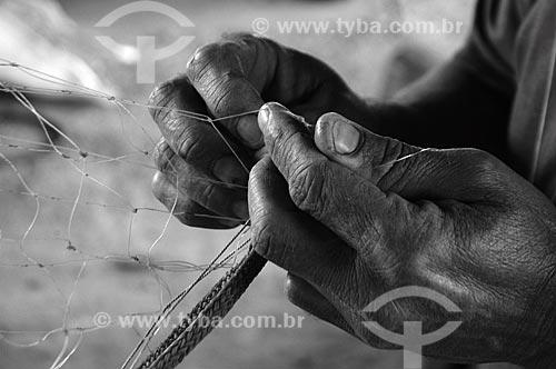 Assunto: Detalhe de mão de pescador fazendo rede de pesca na Colônia de Pescadores do Parque União  / Local:  Rio de Janeiro - RJ - Brasil  / Data: 10/2007