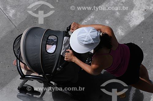 Assunto: Carrinho de bebê - Mãe e filho  / Local:  Copacabana - Rio de Janeiro - RJ - Brasil  / Data: 01/2009