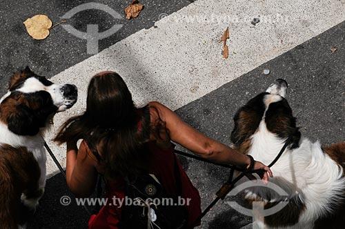 Assunto: Mulher passeando com cachorros da raça São Bernardo / Local: Copacabana - Rio de Janeiro - RJ - Brasil / Data: 01/2009