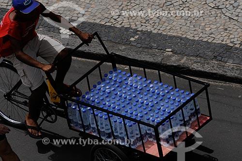 Assunto: Entregador de água mineral no verão carioca  / Local:  Copacabana - Rio de Janeiro - RJ - Brasil  / Data: 01/2009