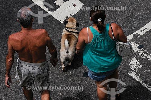 Assunto: Casal passeando com cachorro em Copacabana / Local: Copacabana - Rio de Janeiro - RJ - Brasil / Data: 01/2009